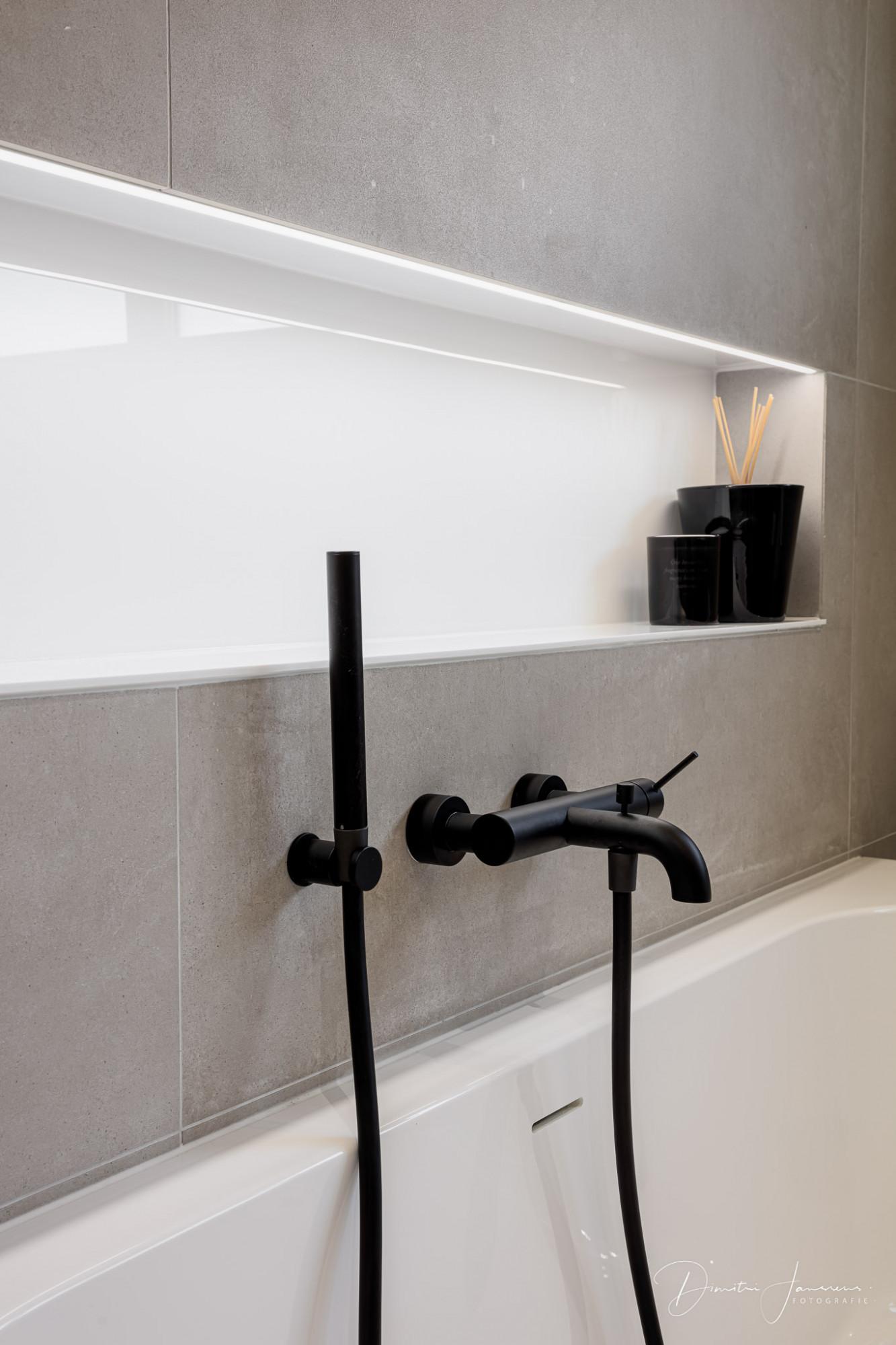 nis achter bad met ledverlichting